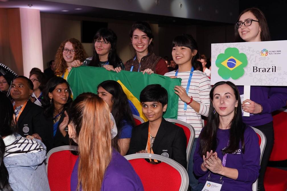 Delegação brasileira na abertura da EGMO, a Olimpíada Europeia de Matemática para Meninas, realizada entre 7 e 13 de abril na Ucrânia — Foto: Divulgação/EGMO