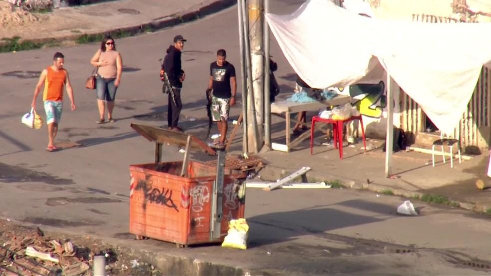 Globocop flagrou homem com fuzil em ponto de venda de drogas na Cidade de Deus — Foto: Reprodução/ TV Globo