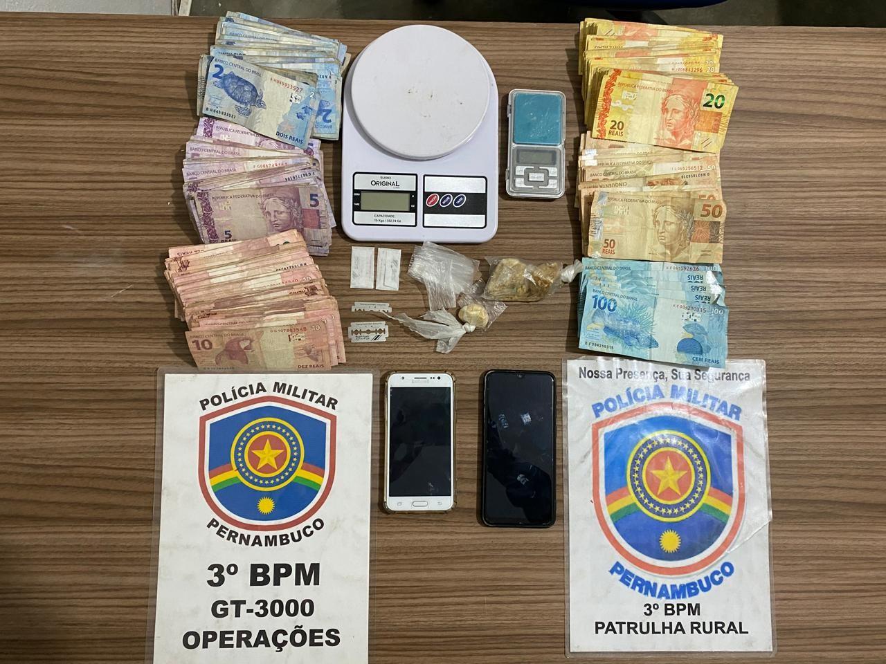 Dupla suspeita de tráfico de drogas é presa em Pedra