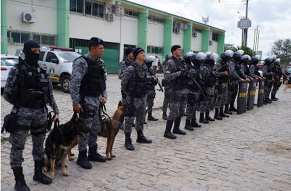 Policiais do Biesp durante revista em presídio — Foto: Polícia Militar/Divulgação