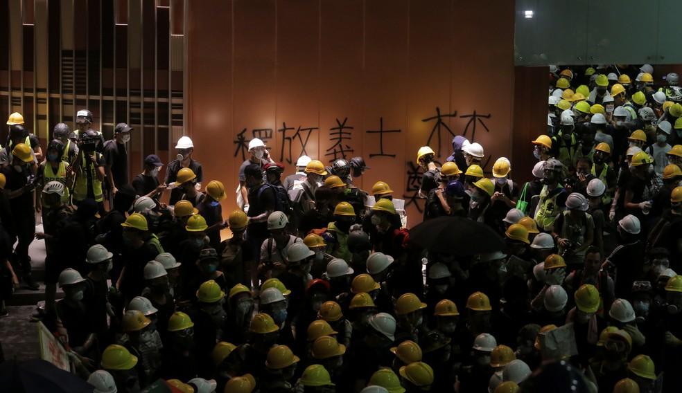 Manifestantes no lobby do prédio do Parlamento em Hong Kong na segunda-feira (1º). — Foto: Tyrone Siu / Reuters