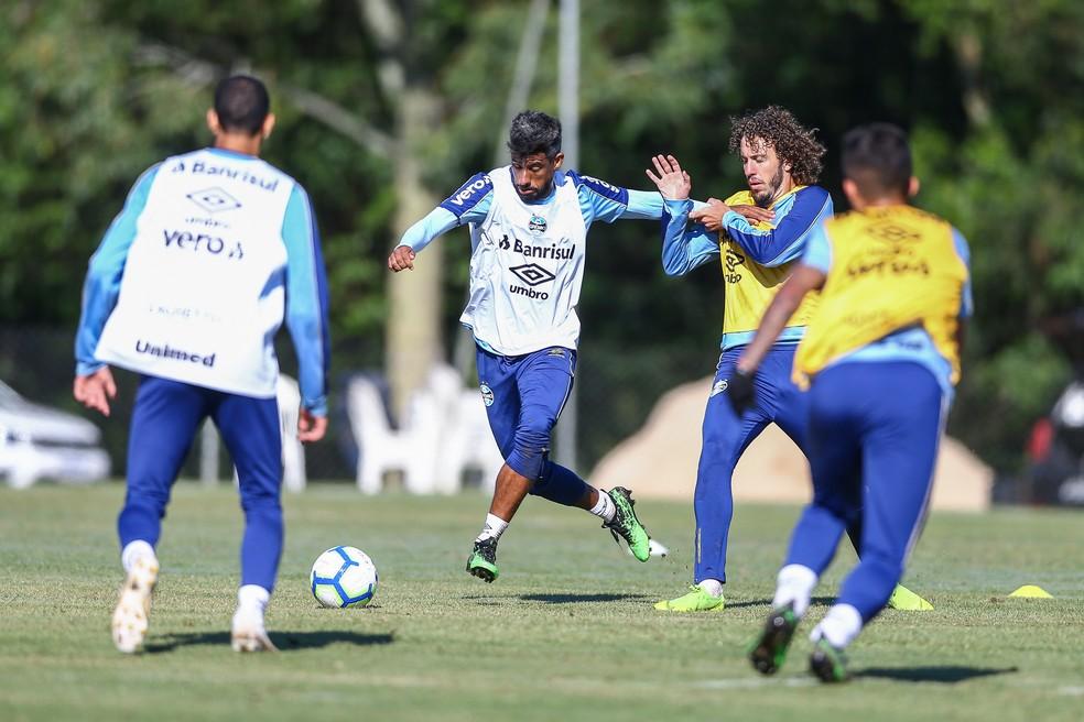 Léo Moura e Galhardo são amigos, mas disputam vaga — Foto: Lucas Uebel/Grêmio