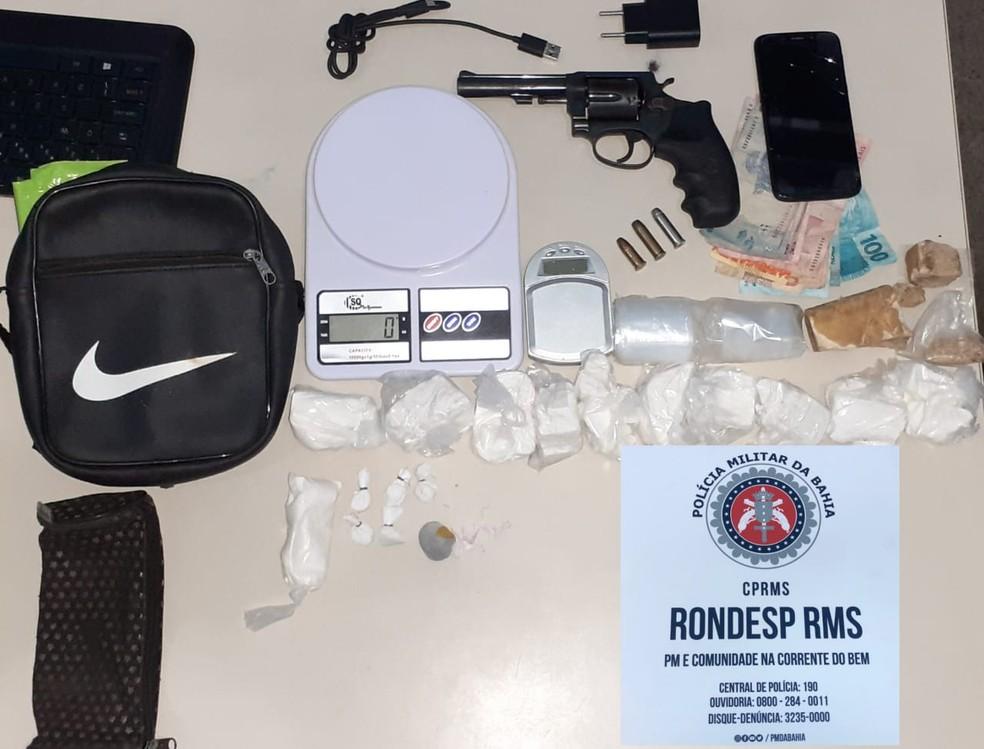 Drogas, arma e equipamento foi apresentado pela polícia após abordagem a casal em Candeias — Foto: SSP/Divulgação