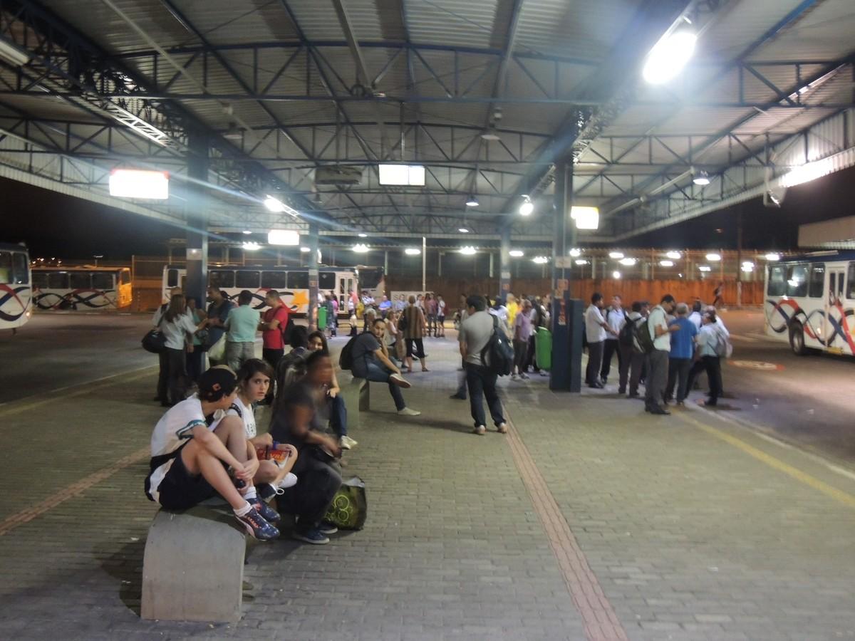 Homem dorme no Terminal Central de Mogi das Cruzes e tem a mochila furtada, diz polícia