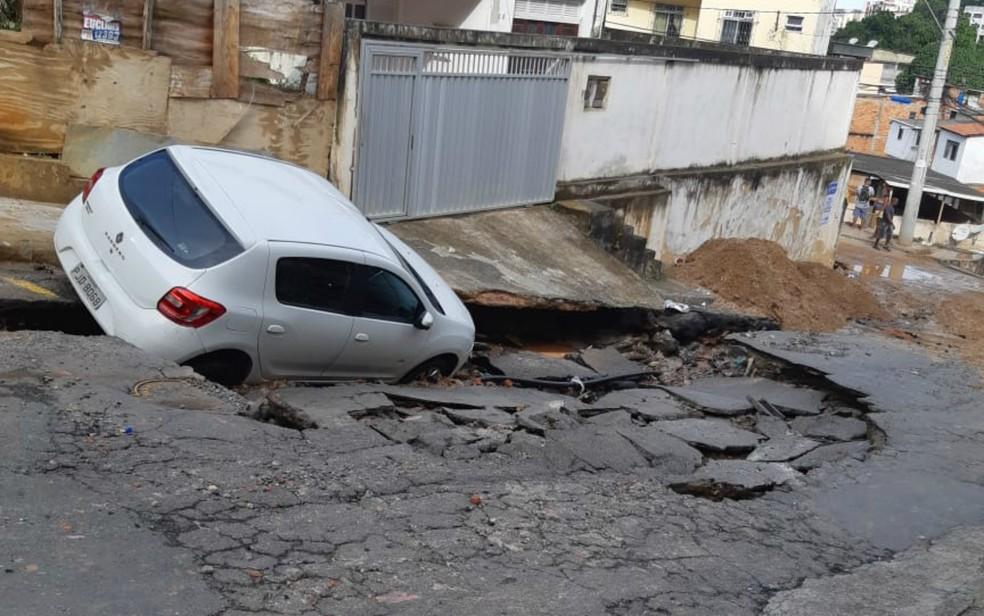 Carros ficaram presos em vala aberta no bairro de Daniel Lisboa, em Salvador — Foto: Laís Duarte