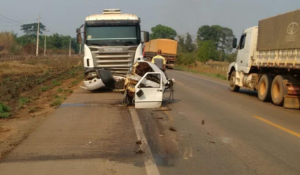 Parte da cabine do carro foi arrastada por quase 50 metros pela carreta (Foto: Reprodução/Wats)