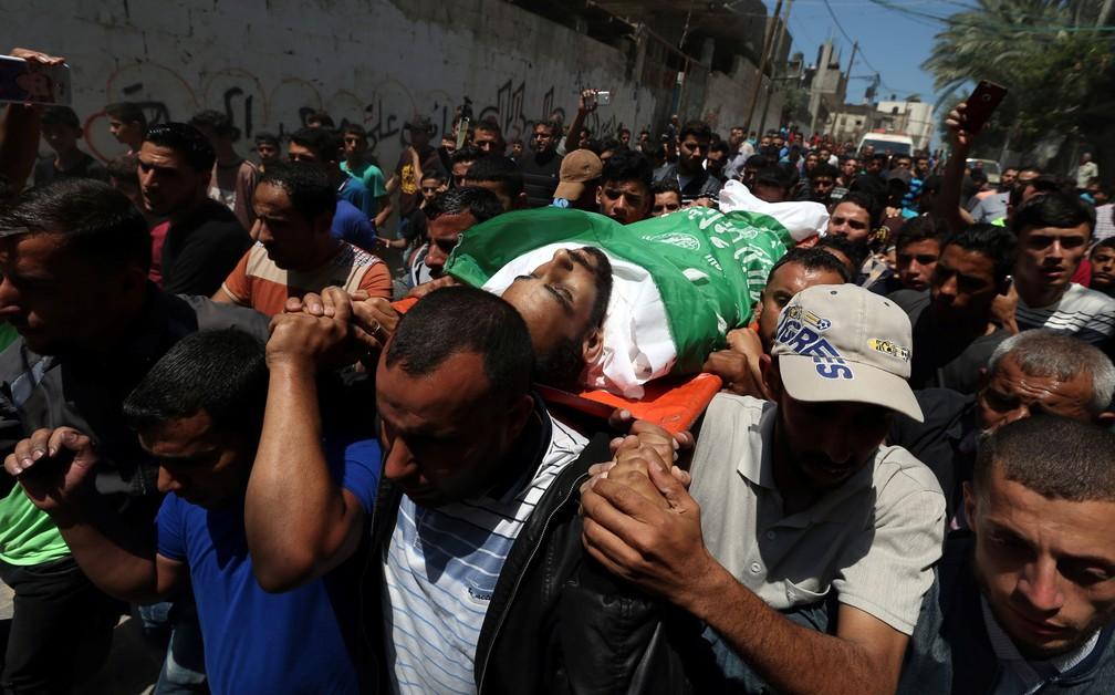 -  homens carregam nesta terça-feira  15  o corpo de palestino morto em confronto com soldados israelenses na véspera na Faixa de Gaza  Foto: Ibraheem A