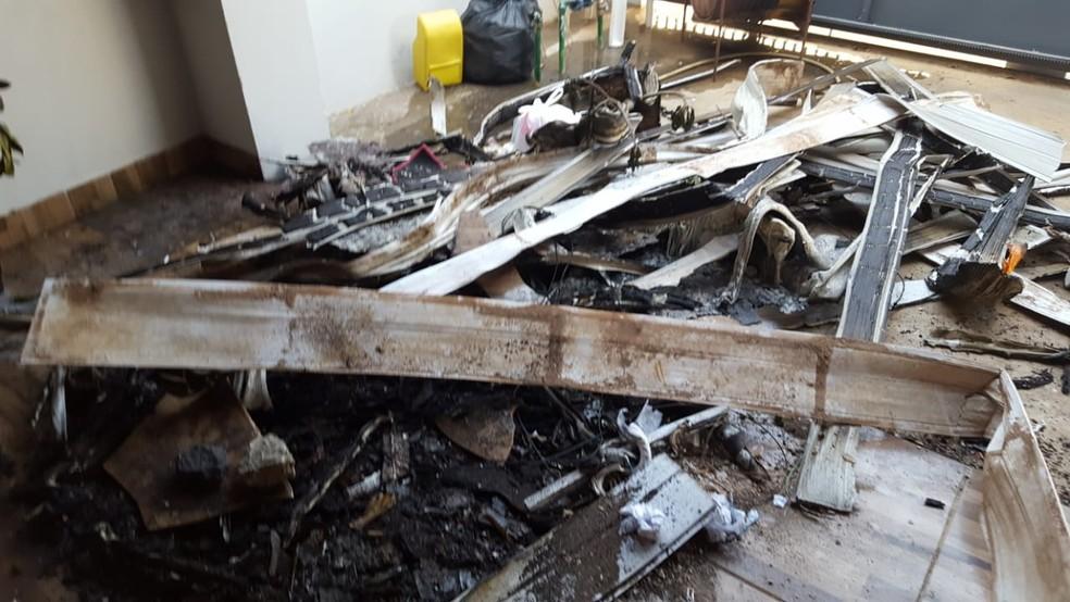 Ex-namorado ateou fogo na casa da ex e garagem ficou destruída (Foto: Lucas Torres/Portal Sorriso)