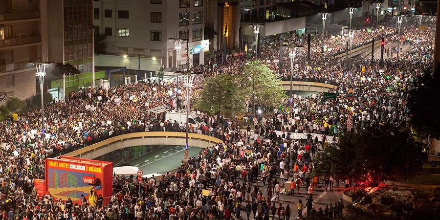 Multidão se aglomera no cruzamento da Avenida Paulista com a Consolação. Ali começou a repressão policial que desencadearia manifestações que mobilizaram milhares (Foto: MARCOS ISSA/BLOOMBERG/GETTY IMAGES)