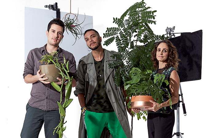 Da esq. para a dir., Bruno Azevedo, dono de uma loja de espécies tropicais; Heleno Manoel, que tem 26 plantas em casa; e Vanessa Guerreiro, que trabalha como plantsitter (Foto: Gustavo Arrais)