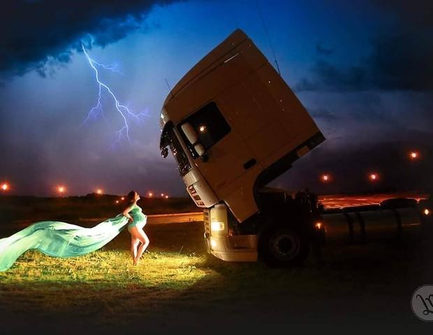 Diana, em frente ao caminhão, que parece até prestar reverência ao momento das fotos. Ao fundo imagens reais dos raios, após o temporal, impressionam (Foto: Reprodução Instagram / Lilian Nogueira Photography)