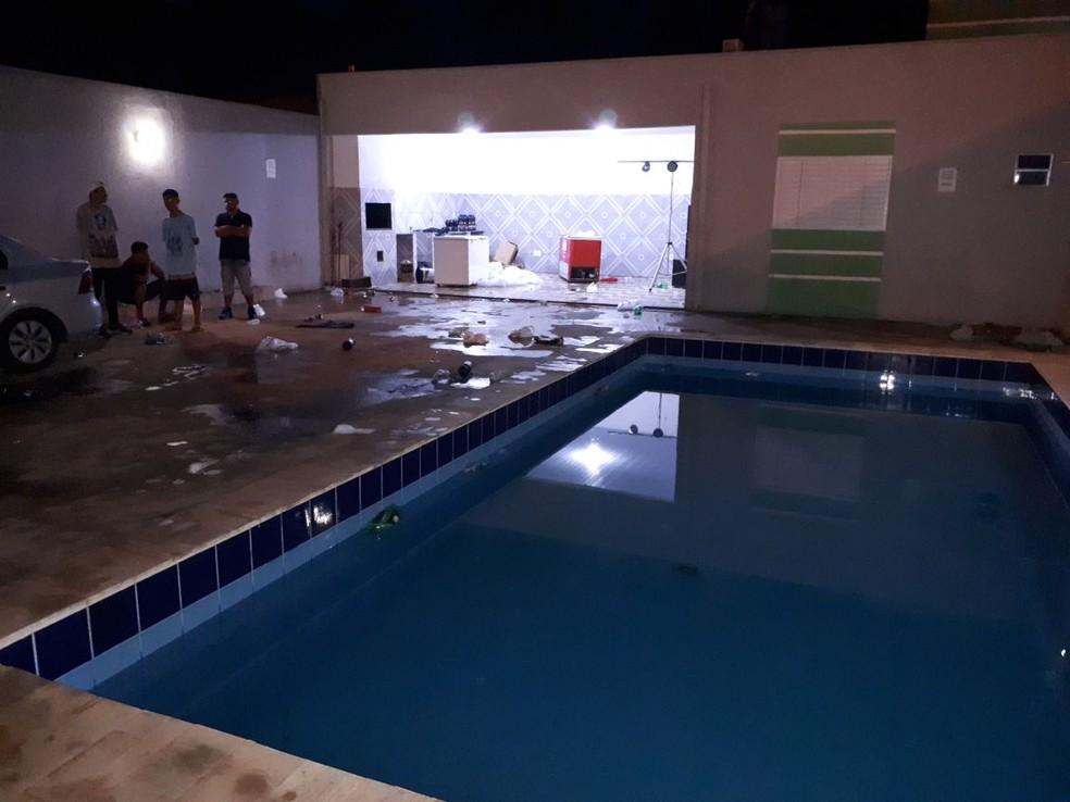 No local onde a festa ocorria, policiais encontraram drogas e diversas bebidas alcoólicas (Foto: PMMT/Divulgação)