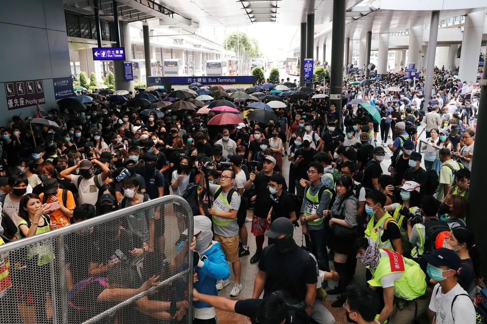 Manifestantes protestam no aeroporto de Hong Kong na manhã deste domingo (1º) — Foto:  REUTERS/Tyrone Siu