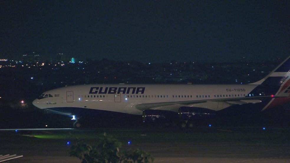 Avião com médicos cubanos que deixou o Aeroporto de Brasília — Foto: Reprodução/TV Globo