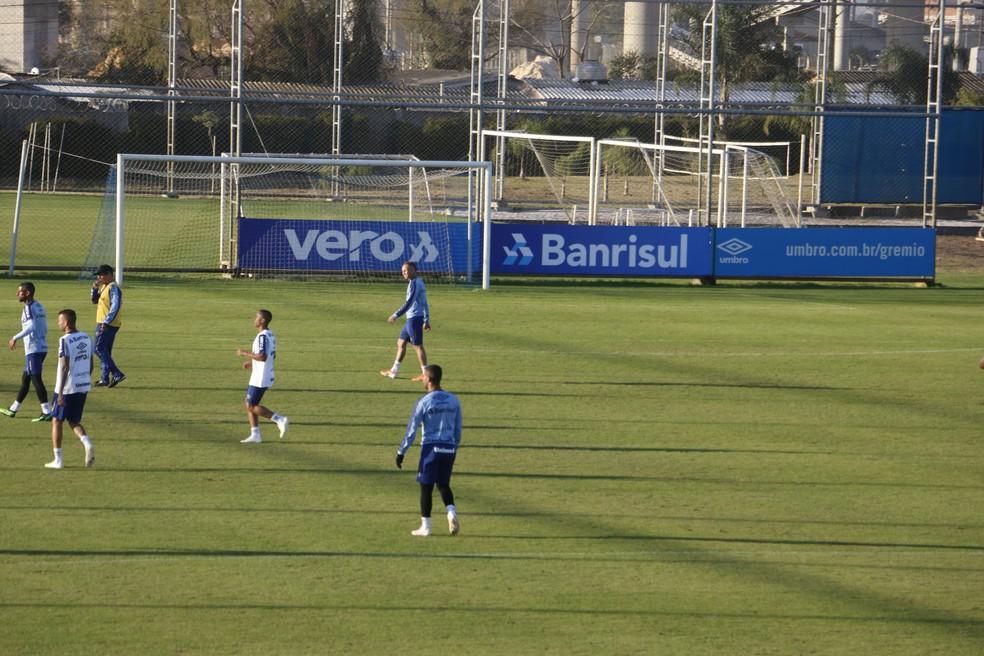 Everton participa de treino do Grêmio após voltar da Seleção — Foto: Eduardo Moura
