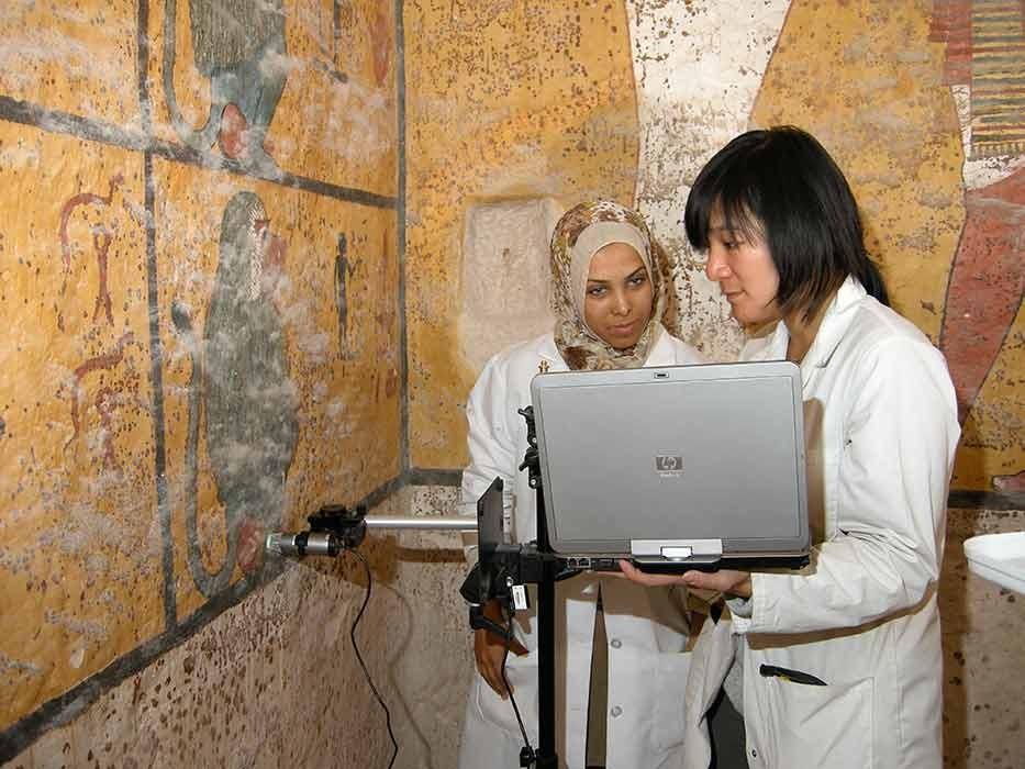 Monitoração das condições da tumba de Tutancâmon (Foto: Divulgação/Getty Trust/Stephen Rickerby)