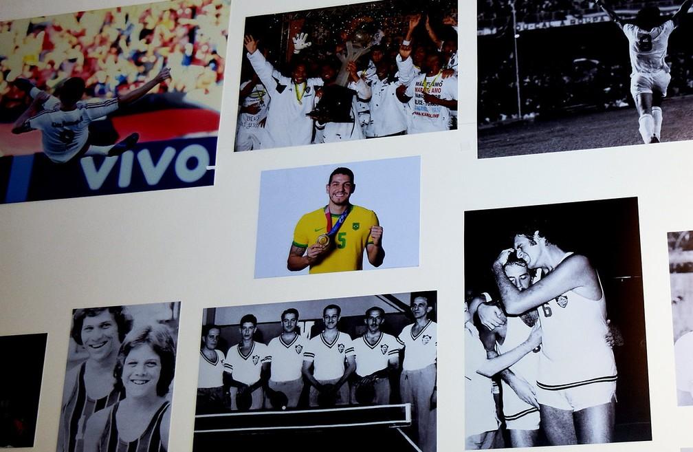 Foto de Nino com a medalha de ouro entrou no mural ao lado de outros medalhistas e campeões de todos os esportes e competições — Foto: Mailson Santana / Fluminense FC