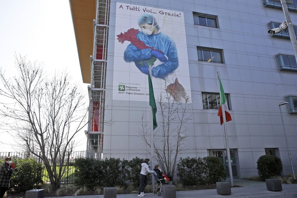 Na fachada de um hospital de Bergamo, na Itália, a frase
