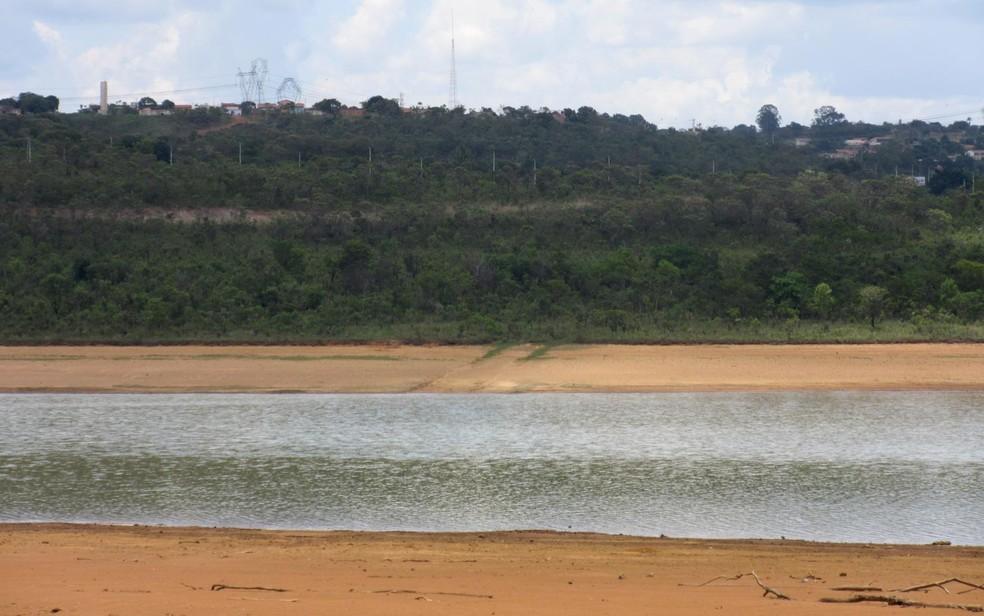 Com a diminuição do volume de água, as margens do reservatório do Descoberto estão cada vez mais próximas  (Foto: Alexandre Bastos/G1)