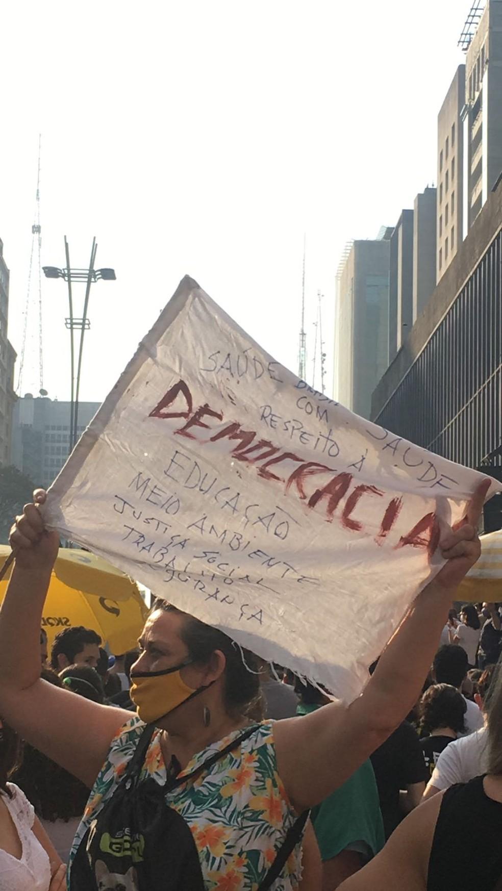 Faixa pede respeito à democracia — Foto: Deslange Paiva/G1