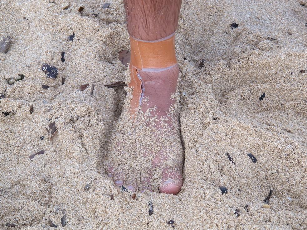 Detalhe da faixa usada por Caio Ibelli para proteger o tornozelo direito no Pipeline Masters (Foto: Carol Fontes)
