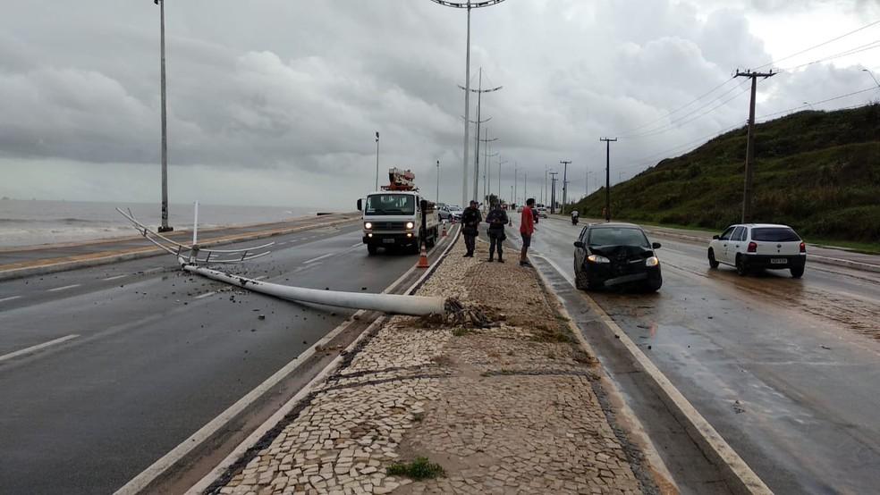 Com a força do impacto, o poste caiu e invadiu parte da outra pista da avenida bloqueando a passagem de veículos no espaço. — Foto: Douglas Pinto/TV Mirante