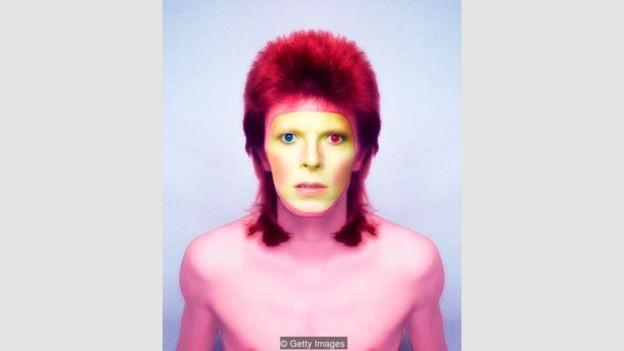 David Bowie, retratado em 1973, era conhecido pelos experimentos com maquiagem (Foto: Getty Images via BBC News)