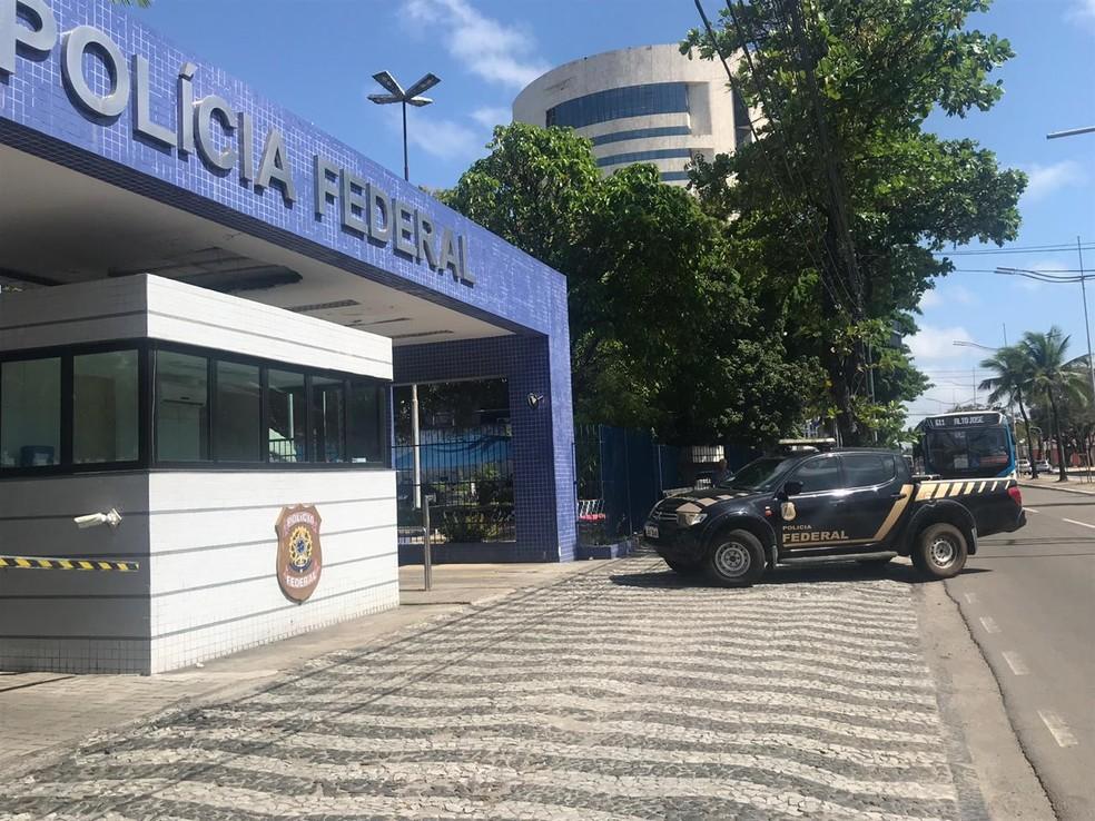 Presos da Operação Abismo em Pernambuco são levados para a sede da Polícia Federal, no Cais do Apolo, região central do Recife, nesta sexta-feira (19) — Foto: Thamires Oliveira/G1