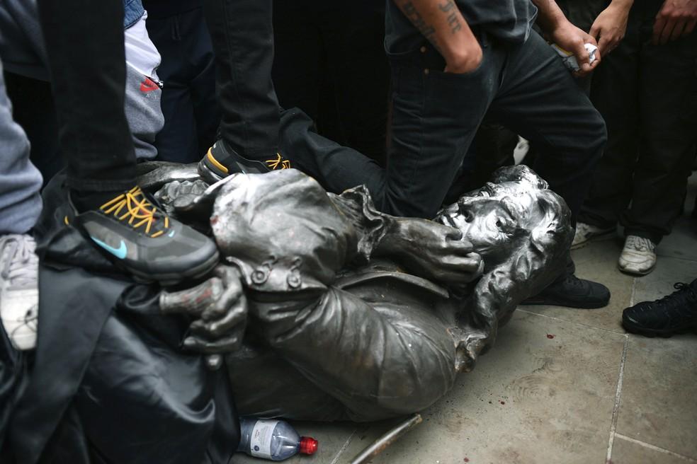 Manifestantes derrubam estátua do traficante de escravos Edward ...