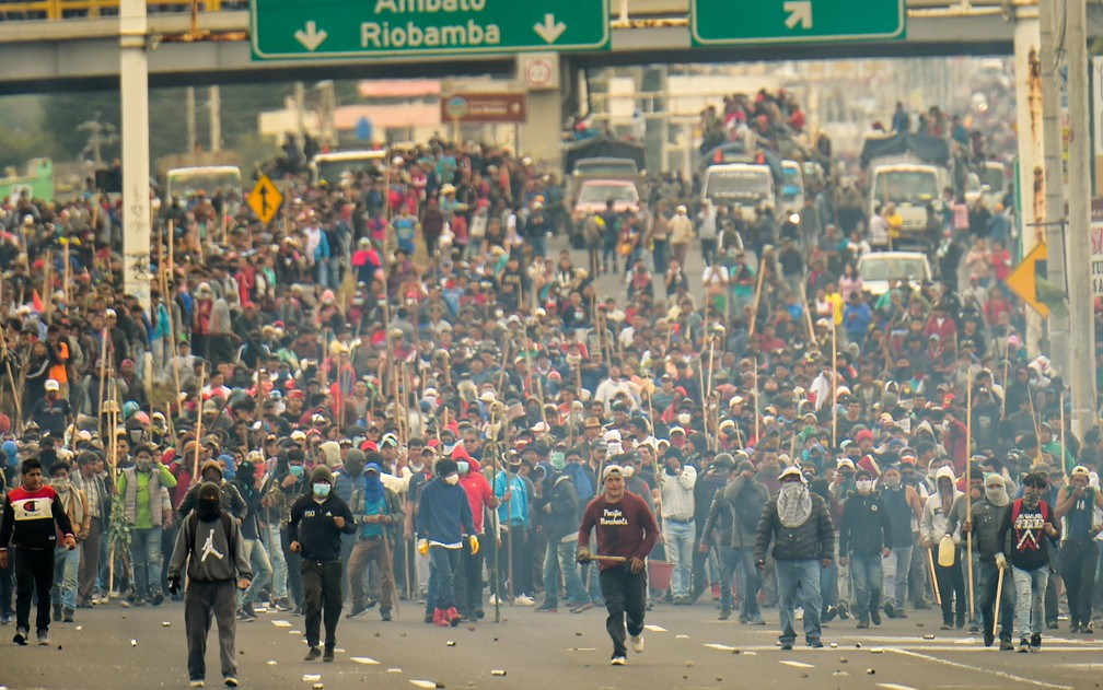 Indígenas se unem a manifestantes para bloquear vias e estradas em protesto contra a política econômica do governo em Machachi, na província de Pichincha, no Equador, na segunda-feira (7) — Foto: Rodrigo Buendia/AFP