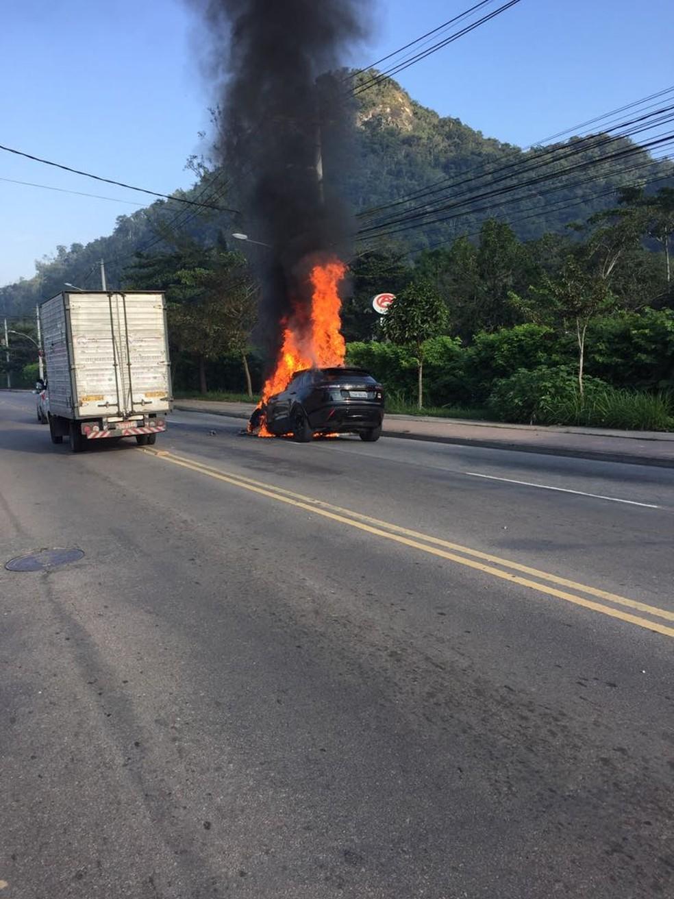 Carro de Paquetá pegou fogo quando jogador ia para treino do Fla (Foto: Reprodução internet)
