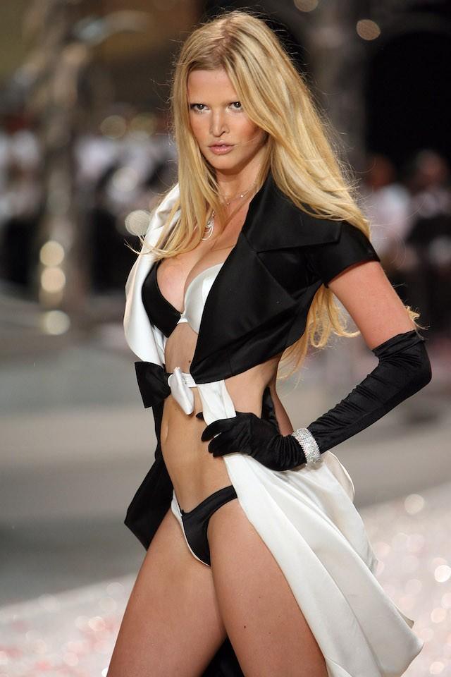 Lara Stone também deu seu pivô na passarela da marca, em 2008. (Foto: Getty Images)