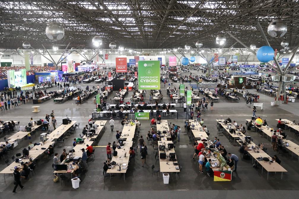 Participantes são vistos durante a abertura oficial para o público na Campus Party, em São Paulo (Foto: Fábio Tito/G1)