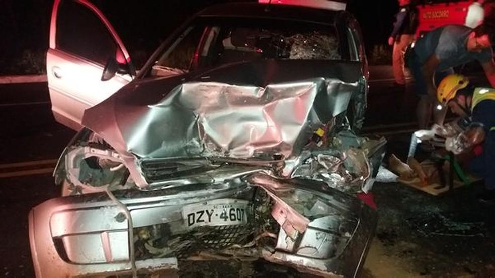 Dois Corsas bateram de frente na BR-282 em Cordilheira Alta na noite de domingo (19); uma mulher morreu e quatro pessoas ficaram feridas (Foto: PRF/Divulgação)