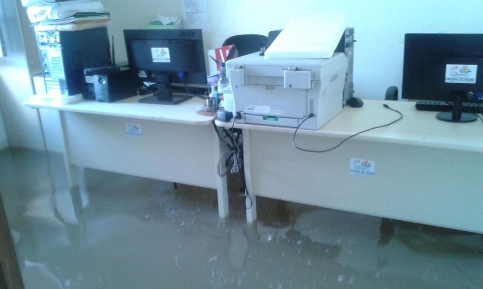 Secretaria municipal foi invadida pela água do mar, em Caiçara do Norte (Foto: Amarildo Elias)