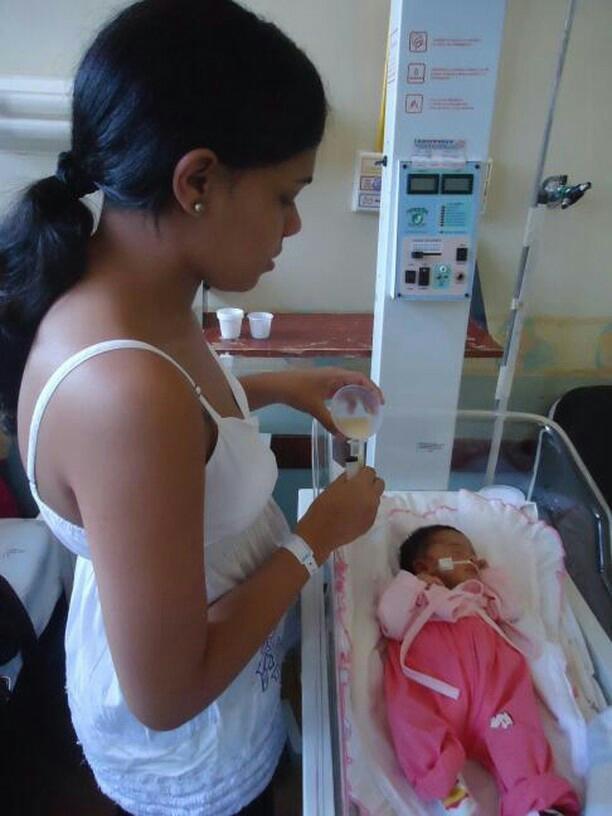 Aline e a filha durante sua estadia no hospital (Foto: Arquivo Pessoal)