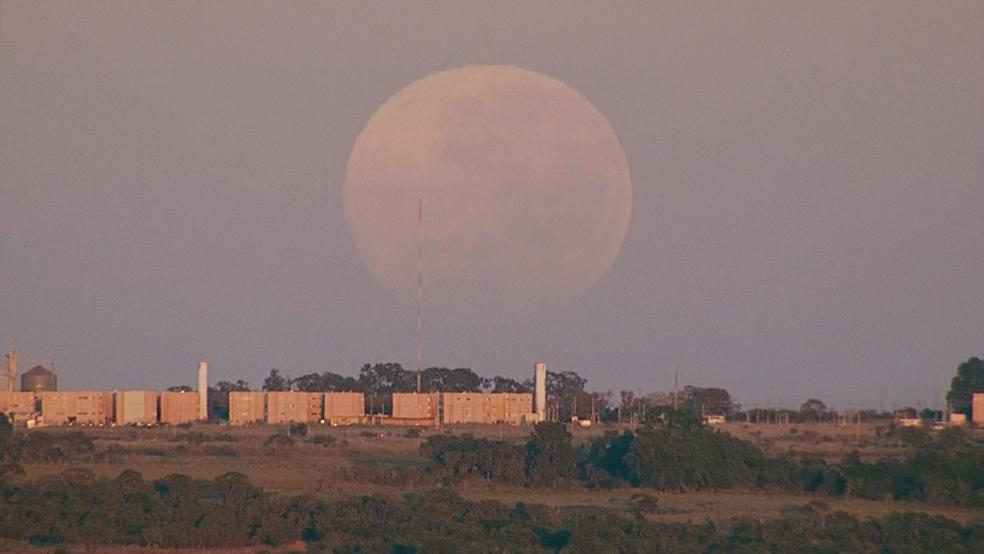 'Lua gigante' aparece no horizonte de Brasília (Foto: Reprodução/TV Globo)