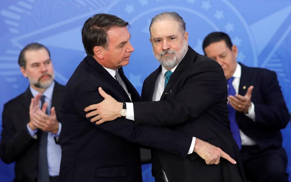 Bolsonaro e Aras durante cerimônia de posse do novo PGR em Brasília, nesta quinta-feira (26) — Foto: Adriano Machado/Reuters