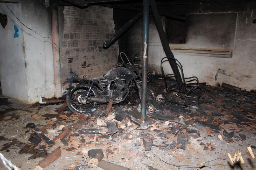 Corpo foi encontrado próximo a uma motocicleta que também foi destruída pelo fogo (Foto: Marcelino Neto/ O Câmera)