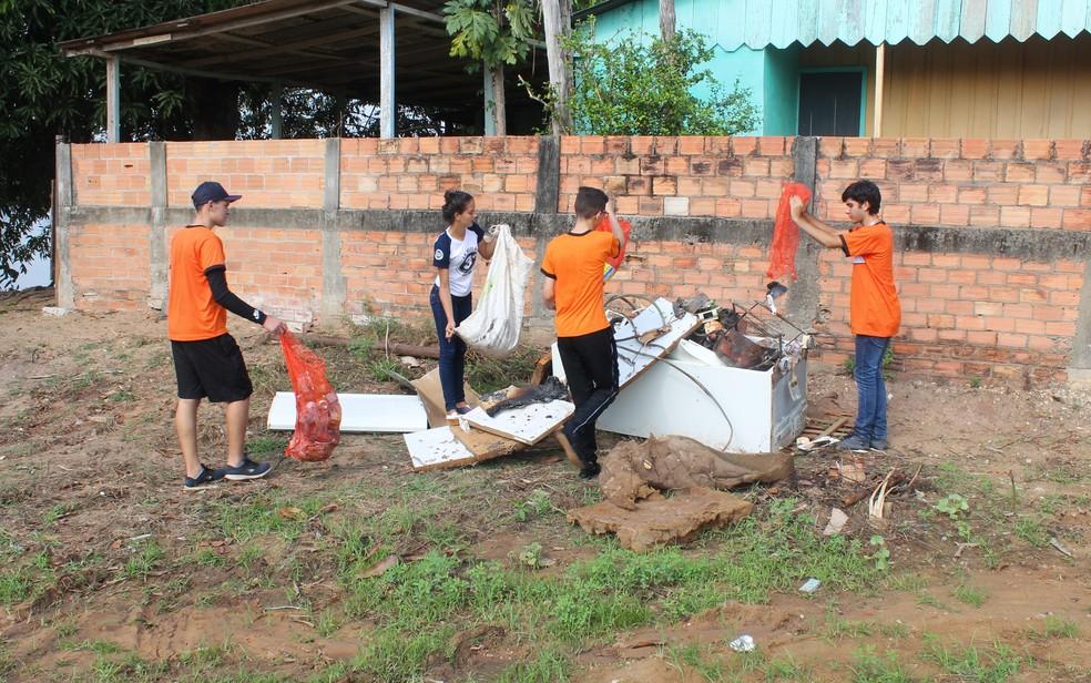 Cerca de 70 voluntários ajudam na limpeza das margens do rio (Foto: Gedeon Miranda/ G1)