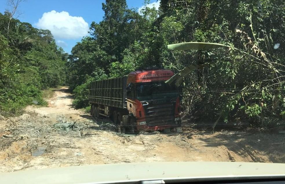Carreta está atolada em estrada vicinal — Foto: Divulgação