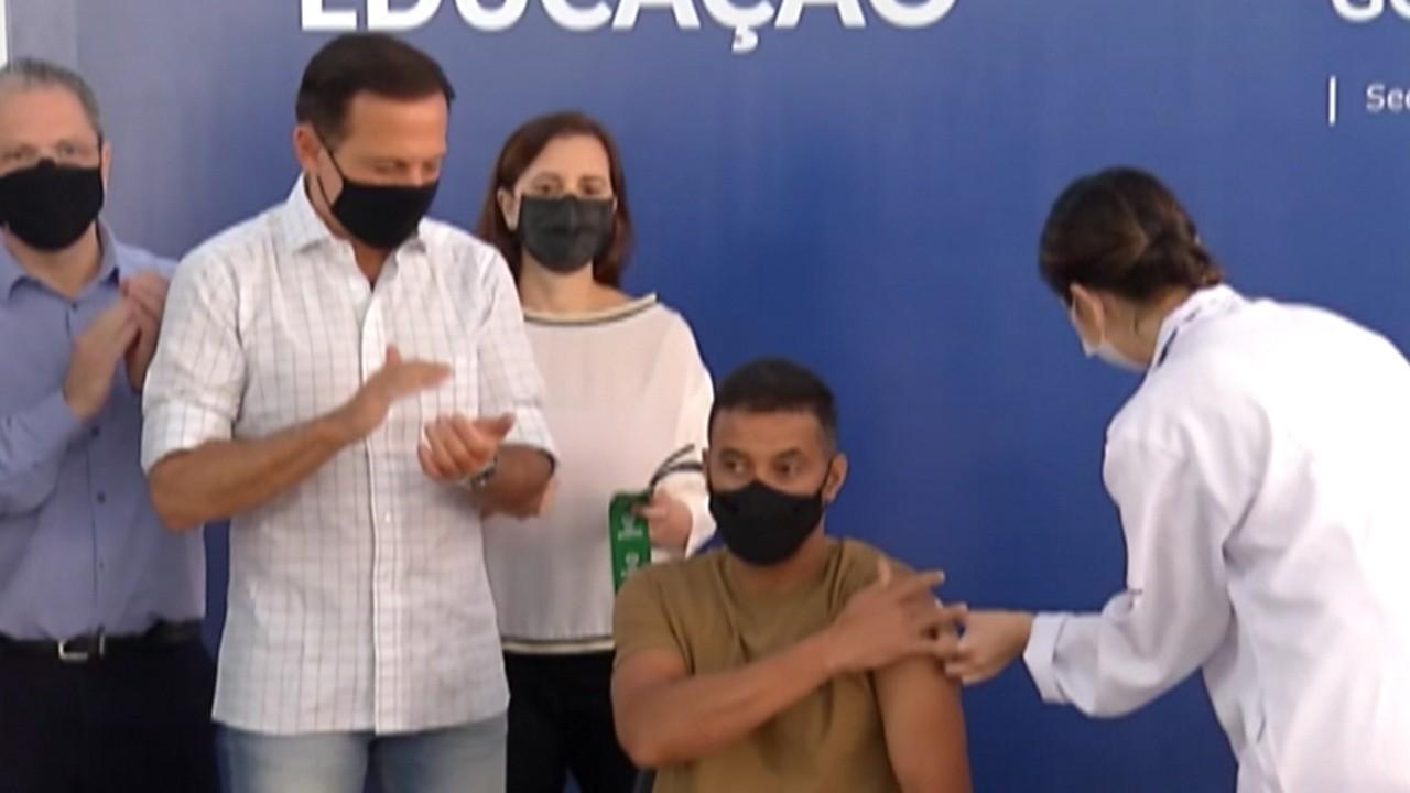 Funcionários da Escola Raul Brasil são vacinados contra a Covid-19