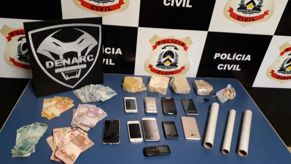 Drogas, dinheiro e celulares foram encontrados na casa (Foto: Divulgação/Denarc)