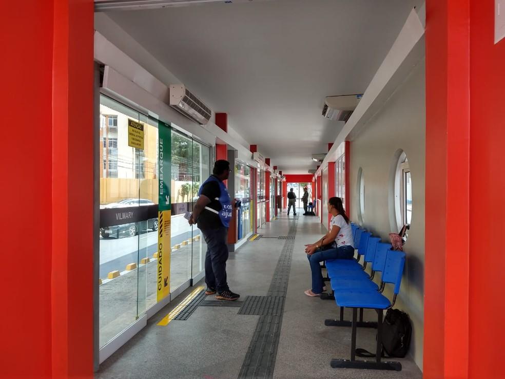 Agentes da Strans estão nas estações do Inthegra para orientar passageiros.  — Foto: Dalyne Barbosa/TV Clube