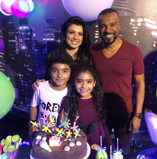 Alexandre Pires e a mulher, Sara Campos, com os filhos, Júlia e Arthur (Foto: Reprodução/Instagram)