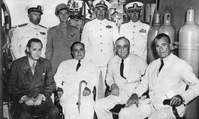 Getúlio Vargas (de bengala) com Franklin D. Roosevelt em Natal, no Rio Grande do Norte