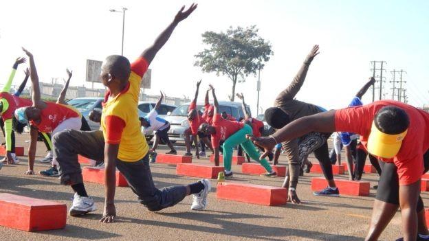 Grupo de pessoas reunido em Campala para praticar exercícios; cidade ainda tem infraestrutura insuficiente para praticantes de esporte (Foto: Divulgação BBC)