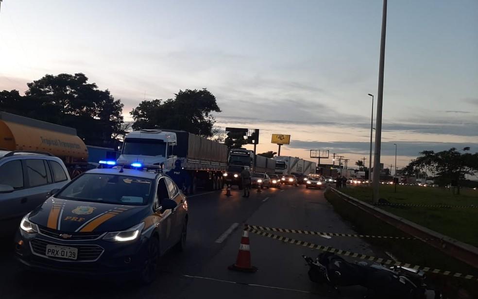 Policial Militar e garupa morrem em acidente de moto na BR-153, em Aparecida de Goiânia — Foto: Divulgação/PRF GO