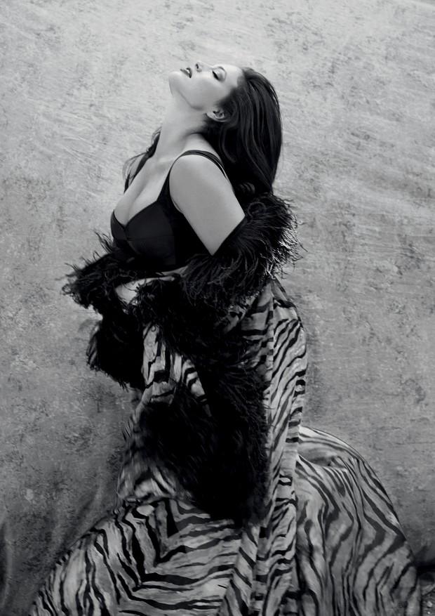 Ashley Graham usa caftã de chiffon de seda estampada com penas de avestruz e top preto da linha DNA Dolce & Gabbana. Todas as peças são da coleção inverno 2019 da Alta Moda da Dolce & Gabbana. Todas as joias são da Alta Gioielleria da Dolce & Gabbana (Foto: Luca e Alessandro Morelli)