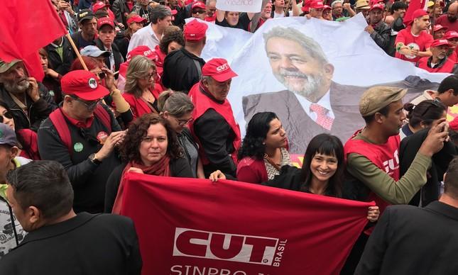 Ato reúne militantes na Praça Santos Andrade